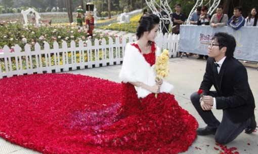 Китаец пошил любимой платье из 9999 роз