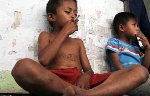 8 летний индонезийский курильщик завязал с никотином