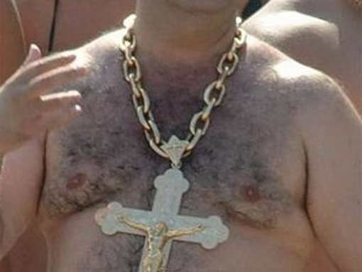 Суровые красноярские мужики отбивают пули золотыми цепями