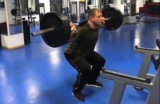 Александр Емельяненко любит тренировать ноги в тренажёрном зале