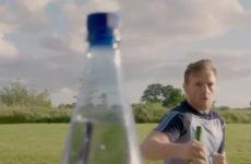 Конор МакГрегор успешно справился с «челленджом бутылочных крышечек»